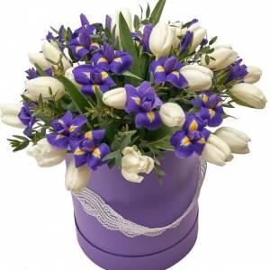 Коробка тюльпаны и ирисы микс с зеленью R1245