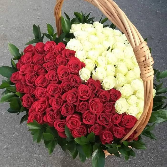 Корзина 101 роза сердце красное и белой R1987