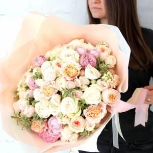 Сборный букет пионовидных кустовых роз R980