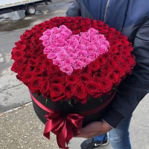 Композиция 101 роза с сердцем R1252