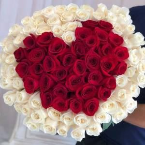 101 крупная роза с сердцем и оформлением R1253