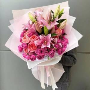 Букет в розовых тонах лилии и розы пионовидные R1956