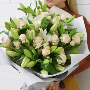 Букет лилии и кустовая роза с оформлением R1517