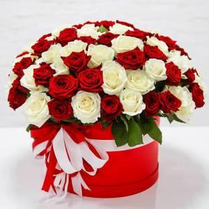 51 роза микс с оформлением в коробке R2246