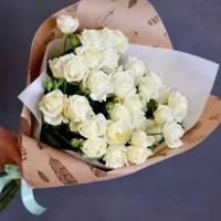 Букет 9 веток кустовой розы в крафте R489