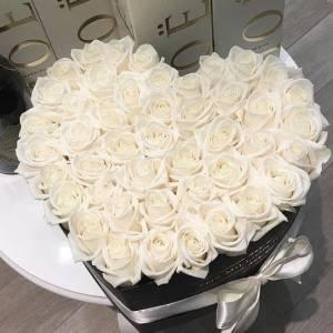 35 крупных белых роз в форме сердца R155