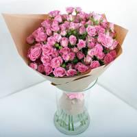 Букет 15 розовых кустовых роз с крафтом R529